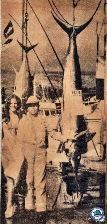 1974-07 RP girl lands 189-lb marlin-02.jpg